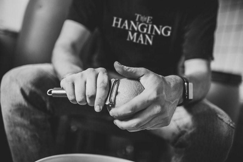 Schälen von Orangenzesten in Handarbeit für The Hanging Man London Dry Gin